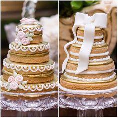 E os lindos mini naked cakes de biscoito do amigo querido @chicozinneck não poderiam ter ficado de fora dessa comemoração especial!!! . . . ✨Bodas de Ouro Isaura & Oswaldo✨ Decoração: @vivianmurzoni  Naked de Biscoitos: @chicozinneck @docices  Acervo: @ellaarts  Foto: @continiesoares  #bodasdeouro #goldenwedding #casamento #wedding #flowerdesign #decoration #weddinginspiration #decoracaocasamento #goldenweddinganniversary #weddingnakedcake #nakedcake #weddingdecor #vivianmurzoni
