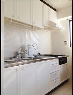 古いキッチンを白いキッチンにDIY!  収納扉にはカッティングシート貼り タイルの上にモザイクタイルを貼りました  明るく広いイメージに大変身!