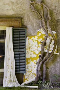 Love this wallpaper... oversized flowers and yellow... so sunshiny... makes me smile.