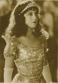Betty Bronson in the silent film 'A Kiss for Cinderella'. She is so beautiful. I want my hair styled too!!