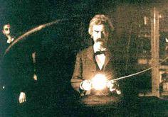 Lo scrittore Mark Twain nel laboratorio di Nikola Tesla, 1894