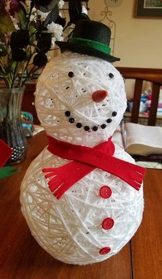 """This darling little yarn snowman was made by Michelle Pickett…isn't he cute? She shares her tutorial with us today… """"I used 2 balloons inflat. Handmade Christmas Decorations, Christmas Crafts For Gifts, Christmas Projects, Yarn Balloon, Balloon Crafts, Christmas Yarn, Diy Christmas Ornaments, Homemade Ornaments, Snowman Crafts"""