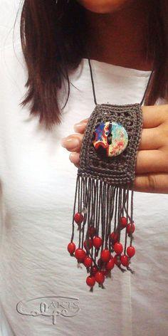 Colgante de Ganchillo con Botón pintado a mano de CalpeArts por DaWanda.com