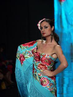 El mantón de Manila Hippies 1960s, Summer Fresh, Floral Gown, Silk Shawl, Tribal Fusion, Fashion Show, Fashion Design, Dance Wear, Hippie Boho
