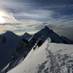 Der gewaltige, mehrere Kilometer lange Kamm hat seine höchsten Punkte im Ost- (4533 m) und im niedrigeren Westgipfel (4479 m), der Abstand zwischen den beiden Gipfeln beträgt über einen Kilometer. 🗻 Dem Himmel so nah, fühlt man sich wie in St. Anton am Arlberg. 😃 St Anton, Mount Everest, Mountains, Nature, Travel, Ski Trips, Dots, Viajes, Traveling