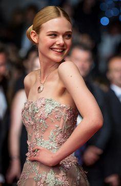 Elle fanning ravissante lors de la montée des marches de son film The Neon Demon à Cannes le 20 mai 2016