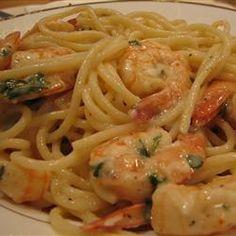 Ingredientes 1/2 kg de camarão 1/2 cebola 1 dente de alho Tempero verde a gosto Cebolinha a gosto Sal a gosto Pimenta a gosto Azeite de oliva 1/2 pacote de massa talharim 1 colher de maizena 1 xíca...