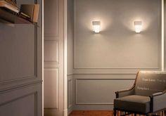 Die elegante Kundalini Frame Wandleuchte besticht durch ihre minimale, dennoch ausdrucksstarke Form und ihrer sanften, indirekten LED-Beleuchtung. Durch den offenen Rahmen, der das innere Licht einrahmt, die leicht nach oben geneigte...
