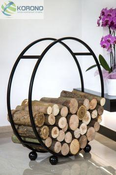 Rond rek voor hout. Lange winteravonden voor de open haard of de houtkachel. Pantoffels aan en dromen maar.   Telkens nieuw hout halen verstoord die droom. Kies daarom dit mooie ronde rek om je hout in op te stapelen. Het rek is ca. 80 cm in doorsnede, zwart en poeder gecoat. Het houtrek weegt ca. 4 kg.