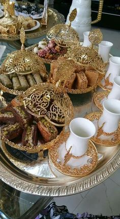 Discover recipes, home ideas, style inspiration and other ideas to try. Iftar, Ramadan Decorations, Table Decorations, Fest Des Fastenbrechens, Arabian Decor, Moroccan Table, Tea Party Wedding, Table Wedding, Arabic Food
