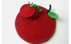 crochet apple placemat and coaster Crochet Apple, Crochet Fall, Crochet Round, Easy Crochet, Knit Crochet, Crochet Placemats, Crochet Potholders, Crochet Doilies, Knitting Projects