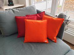 Wenn es draußen trist und grau ist, muss man es sich drinnen gemütlich machen. 🍂🍁 Mit unserem Dreamteam aus Rot und Orange haben wir die perfekte farbliche Kombination für den Herbst ins Haus geholt.  Welche Farben kombiniert ihr gerne zusammen?  #kissenbezug #herbst #regenzeit #nachhaltigkeit #wollfilz #ökologisch #gemütlicheszuhause #manufra #kissen #handmade #colours #ecofriendly #oktober #lifestyle #sinnlich #dekoration Throw Pillows, Orange, Rainy Season, Indoor, October, Sustainability, Home Decor Accessories, Pillows, Toss Pillows
