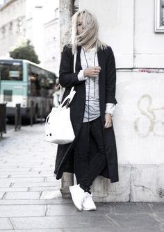 white bucket bag striped sweater reebok sneakers paris le marais streetstyle