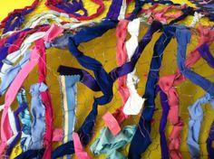 Tapís amb robes sobre una xarxa, colors hivern