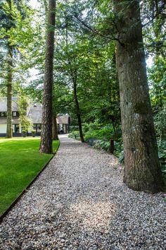 Good looking brick walkway Modern Landscaping, Outdoor Landscaping, Back Gardens, Outdoor Gardens, Outdoor Walkway, Brick Walkway, Home Garden Design, Most Beautiful Gardens, Garden Architecture