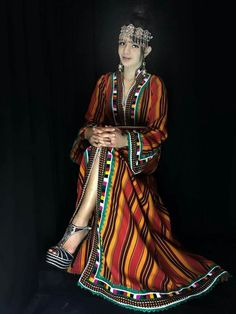 caftan kabyle moderne #fouda Henna Patterns, Blouse Styles, Moroccan Caftan, Traditional Dresses, Bridal Style, New Look, Beautiful Dresses, Girls Dresses, Menswear