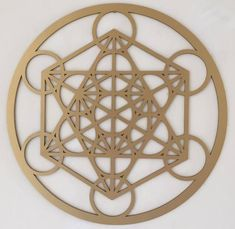 """El """"cubo de Metatrón"""" es una de las más famosas figuras de la Geometría Sagrada. Este cubo es parte del """"fruto de la vida"""", una figura sagrada compuesta por 13 circunferencias tangentes y congruentes, construidas a partir de un hexágono regular.  Es como una especie de acelerador cuántico en el cual """"se despiertan leyes eléctricas de dimensiones superiores y por tanto procesos de transmutación y cura. www.luckyzen.net"""