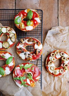 pizza bagel recipe – 5 bagel recipes for lunch – Marie Claire Ideas Breakfast For Dinner, Easy Healthy Breakfast, Bagel Sandwich, Bagel Pizza, Bagel Recipe, Health Dinner, Street Food, Food Inspiration, Love Food