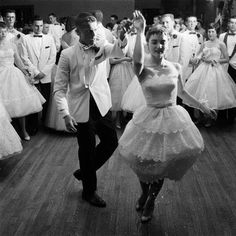 Seniors at Mariemont High School near Cincinnati dance up a storm. In prom attendance was de rigueur. Were prom dresses ever prettier than in the This shindig was photographed by Francis Miller for the June 9 issue of Life. 1950s Dance, 1950s Fashion, Vintage Fashion, Ear Hair Trimmer, Formal Dance, A Night To Remember, Senior Prom, Prom Night, Grace Kelly