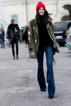 In Mailand trug diese junge Frau einen Parka zu ihrer Schlaghose