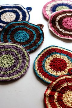 Modern Vintage Potholder by Maryse Roudier is chic, elegant, looks great and works up fast. Perfect for a quick gift! Modern Vintage Potholder by Maryse Roudier is chic, elegant, looks great and works up fast. Perfect for a quick gift! Crochet Home, Crochet Motif, Crochet Crafts, Crochet Doilies, Crochet Stitches, Crochet Projects, Free Crochet, Knit Crochet, Cotton Crochet