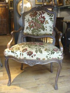 Armchair with flat backrest, in #walnut, #Regence period. Slightly curved legs ending with a #carved foliage. Decors of shell and flowers in the center. Tapestry in brocaded #velvet. 18th century. For sale on Proantic by Fabienne Lamberger-Ponvianne.