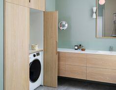 Utfordringen på badet var å få plass til vaskemaskin og tørketrommel, og samtidig ha et delikat og ryddig uttrykk. Løsningen ble å lage skap som skjuler. Pendellampe i himling er levert av SML Lighting på Skøyen. Hanging Canvas, Laundry Room, Gallery Wall, Bathtub, Minimalist, Home Appliances, Layout, Bathroom, Interior