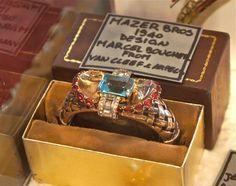 Um bracelete bijoux que parece jóia pós Deco. O designer, Marcel Boucher, trabalhou muito para a Van Cleef & Arpels.