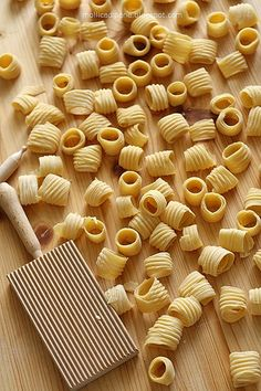 Pasta shape using a gnocchi board Italian Pasta, Italian Dishes, Italian Recipes, Italian Lasagna, Tortellini, Pasta Con Broccoli, Pasta Casera, Pasta Shapes, Easy Pasta Recipes