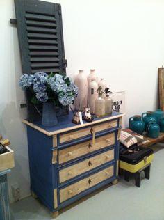 Ladenkast, geverfd in de kleuren  Greek Blue en Old White, ter bescherming in zijn geheel afgewerkt met de Dark wax.