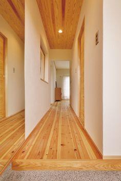 団地リノベーション。床と天井に杉を使い、壁は珪藻土。建具も杉。鏡を効果的に使って広がり感を生んでいる。