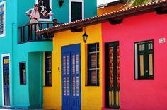 Resultado de imagem para fachadas casas de praia coloridas luxo brasil