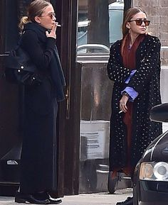Classic Olsen: Ashley introduced some colour to her ensemble, wearing a long sleeve purple top with a maroon scarf under a three-quarter length black jacket with cream spots Mary Kate Ashley, Mary Kate Olsen, Ashley Olsen Style, Olsen Twins Style, Celine, Olsen Fashion, Olsen Sister, Style Icons, Street Style