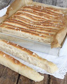 Randigt brytbröd med flingsalt. Dela degen i ca 2 cm breda längder med en degskrapa.