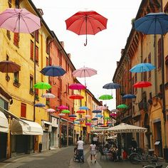 Via Mazzini in Ferrara, decorated with umbrellas until June 30th. The city centre of this town is #unesco listed and it's a delight to walk around, with cobbled backstreets and corners laden with atmosphere. Don't miss a visit of Castello Estense and a drink at Osteria Al Brindisi, the oldest wine bar in Italy!