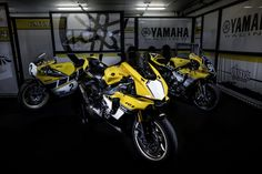The 2016 Yamaha Anniversary Edition is unveiled with a special paintscheme and Akrapovic exhaust on top of the usual package Yamaha Motorcycles, Yamaha Yzf R1, Cars And Motorcycles, R1 2016, Sportbikes, 60th Anniversary, Motogp, Ducati, Motorbikes