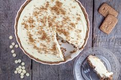 Een witte chocolade cheesecake met speculaas, heerlijk voor deze tijd van het jaar. Snel gemaakt zonder oven, maar kun jij wachten tot de taart stevig is?