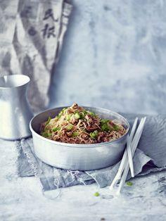"""Jauhelihaspagetin kiinalainen versio tehdään possun jauhelihasta ja nuudeleista. Ruuan kiinalainen nimi """"muurahaiset kiipeävät puihin"""" kuvaa hyvin..."""