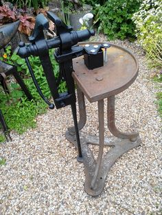Afbeeldingsresultaat voor Antique Blacksmith Vise Foot Hold Jaws Great Early Look Vise Stand, Tool Stand, Blacksmith Tools, Blacksmith Projects, Metal Working Tools, Old Tools, Power Hammer, Metal Shaping, Welding Table