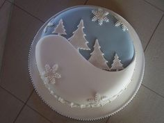Clever use of a simple design for your Christmas Cake Christmas Cake Designs, Christmas Cake Decorations, Christmas Cupcakes, Holiday Cakes, Christmas Desserts, Christmas Treats, Fondant Christmas Cake, Xmas Cakes, Xmas Food
