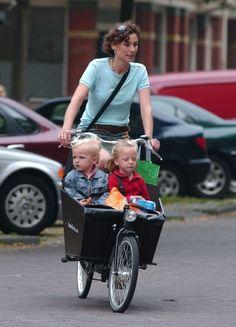 Zelfs deze kleine prinsjes worden door de prinses op de fiets naar school gebracht,  Even these small princes are brought to school on a bike, by their princess-mom.