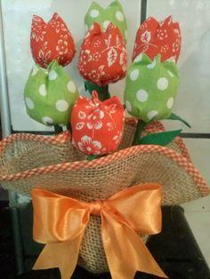Em juta e tulipas em tecido 100% algodão. Temos a pronta entrega. Temos a pronta entrega!!! Lindo presente para o dia das mães!!! R$ 18,90 Diy Flowers, Fabric Flowers, Fabric Bouquet, Sewing Projects, Projects To Try, Diy And Crafts, Arts And Crafts, Fabric Flower Tutorial, Felt Fabric