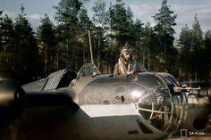TK-kuvaaja Niilo Helander SB-pommikoneen tähystäjän paikalla Nummelassa kesäkuussa 1944. Niilo Helander / SA-KUVA