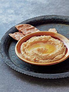 【ELLE a table】基本のフムスレシピ|ひよこ豆(乾燥。一晩、浸水させておく。水煮缶の場合は400g)180g にんにく1/2片 タヒニ(白ごまペーストでも代用可)大さじ2 レモン果汁大さじ2 オリーブオイル大さじ3 ひよこ豆のゆで汁(なければ水)50~100m