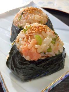 「お弁当やお出かけに♪大根葉と鮭の★胡麻おにぎり」お弁当やお出かけに、ぴったりのおにぎりです。大根葉を塩漬けにしたので、コリコリの食感が楽しいです。鮭の塩分があるので、醤油ではなく、めんつゆで味付けしました。【楽天レシピ】