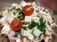 Ensalada de pasta con mayonesa, tomates Cherry,espárragos ,queso feta y albahaca