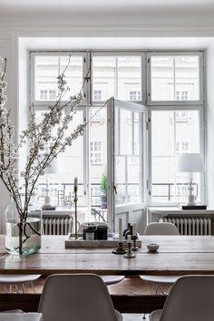 Öppna balkongdörrar och kvistar med knoppar – våren är påväg! //Skanska Nya Hem
