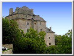 Le château de Montjezieu proche de La Canourgue est une construction non visitable mais qui se déguste avec plaisir depuis les ruelles. Cet enchevêtrement de bâtiments cubiques est fascinant à analyser.