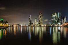 De skyline van Rotterdam prachtig reflecterend in de Maas.