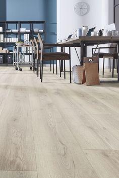 Mammut Plus 4728 Mountain Oak Beige on pitkä ja leveälankkuinen (1845mm x 244mm x 10mm) premium-laminaatti. Ruotsissa ja Norjassa erittäin suositut isot lankut antavat lattiaan ekstrailmettä. Paksu 12 millinen lankku ei kopise ja kestää kovankin käytön.    #laminaatti #lattia #karitma #mammut #kronotex Light Oak, Beige, Dining Table, Flooring, Lights, Furniture, Vintage, Home Decor, Lily